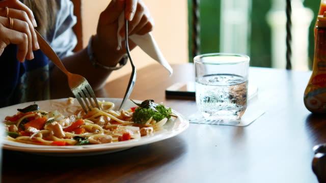 vídeos de stock, filmes e b-roll de comendo espaguete - garfo