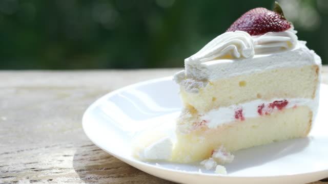 vídeos de stock, filmes e b-roll de comer cheesecake de morango - bolo