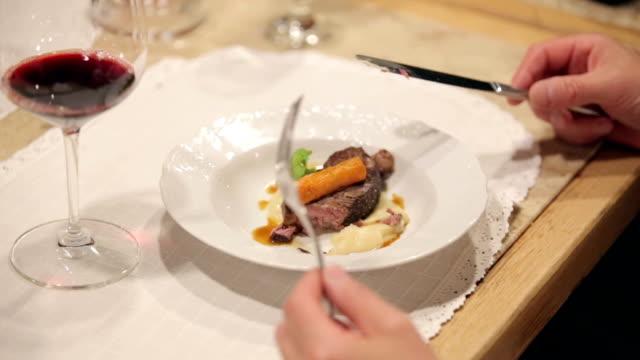 vídeos de stock e filmes b-roll de comer comida de estilo - etiqueta boas maneiras