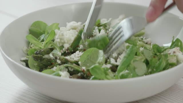 Sommer-Spargel-Salat essen