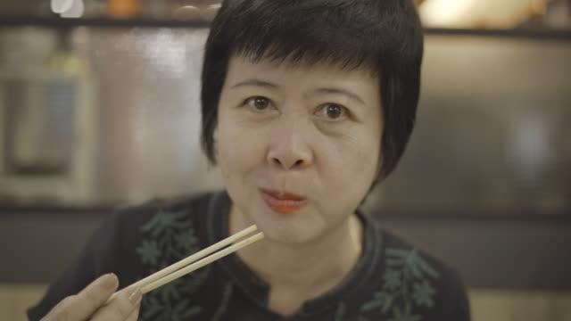 vídeos de stock, filmes e b-roll de comendo sushi em um restaurante - talher oriental