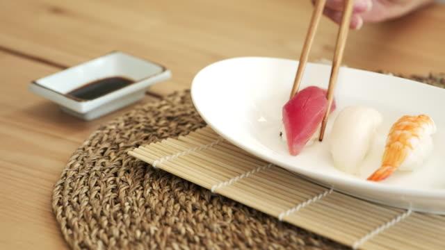eating sushi - bacchette cinesi video stock e b–roll