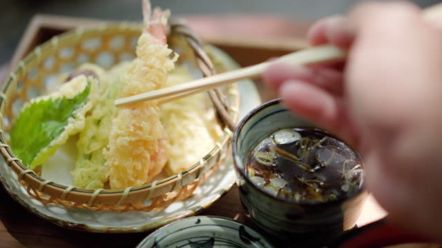 vidéos et rushes de pov manger tempuara nourriture japonaise - bol à soupe