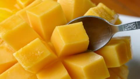 vídeos y material grabado en eventos de stock de comer mango tailandés. - cultura tailandesa