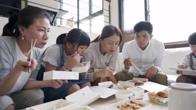 stockvideo's en b-roll-footage met samen eten als een familie - dining room