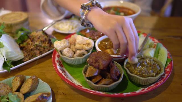 vidéos et rushes de manger la tradition de la nourriture thaïlandaise du nord - groupe d'objets