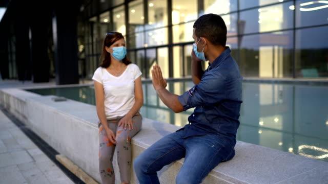 若いカップルとの盗聴の概念 - 盗み聞き点の映像素材/bロール