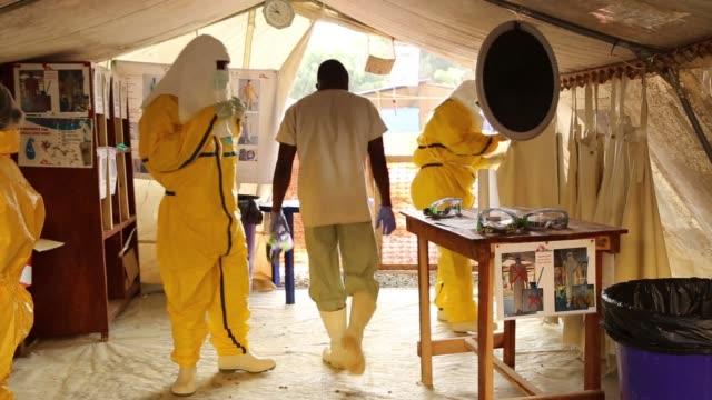 vídeos de stock, filmes e b-roll de ebola cases persist in guinea despite assurances of an end to the epidemic - epidemia