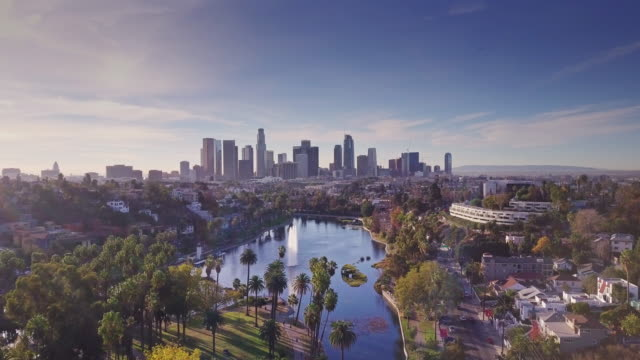 vídeos de stock e filmes b-roll de echo park and its lake - aerial shot - distrito financeiro