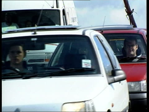 vídeos de stock, filmes e b-roll de traffic build up itn england west country traffic crawling along packed motorway on way to see eclipse gms cars towards la cars driving slowly... - teste de coloração