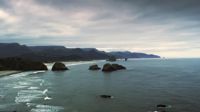 ecola state park beach time lapse oregon - costa dell'oregon video stock e b–roll