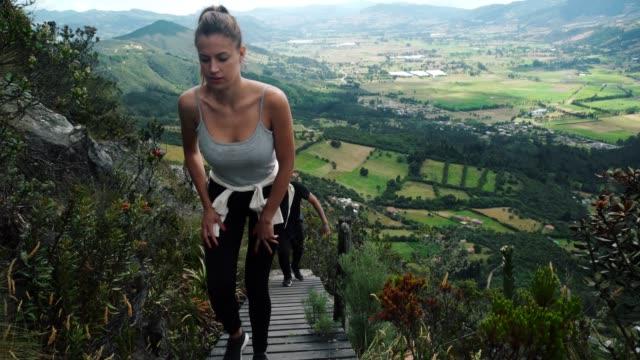 vidéos et rushes de promenade écologique entre amis - eco tourism