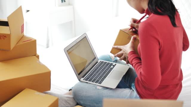 e-handel tätningar kartong redo för leverans - e post bildbanksvideor och videomaterial från bakom kulisserna