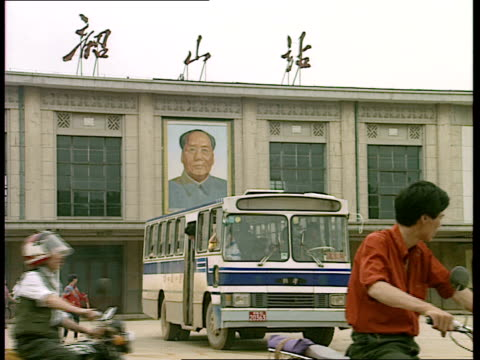 vídeos y material grabado en eventos de stock de economic reforms passngers leaving train station and towards buses / buses in front of station building with mao portrait on front / people walking... - mao tse tung