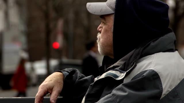 Economicamente desvanecido homem ingere em monoterapia