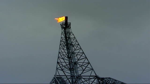 inflation hits 38 per cent r07110608 norway north sea statfjord b oil platform north sea with oil rig rigging containing chimney with flame at top... - tauwerk stock-videos und b-roll-filmmaterial