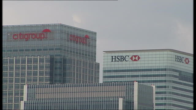 vídeos de stock e filmes b-roll de interview with fsa chief executive on britain's economic prospects ext high rise city buildings including hsbc citigroup barclays towers - hsbc towers