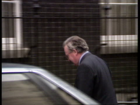 pay awards public sector **** rushes england london whitehall no 10 arrivals john macgregor kenneth clarke norman lamont - kenneth clarke stock-videos und b-roll-filmmaterial