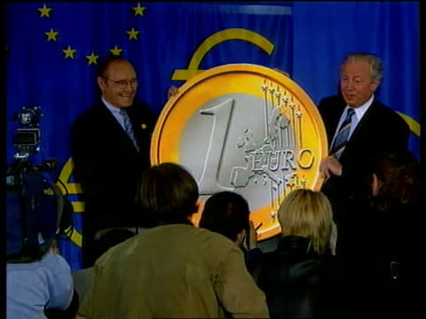 eu single currency pool belgium brussels commission pres jacques santer and eu finance commissioner yvesthibault de silguy posing with large mockup... - ジャック サンテール点の映像素材/bロール