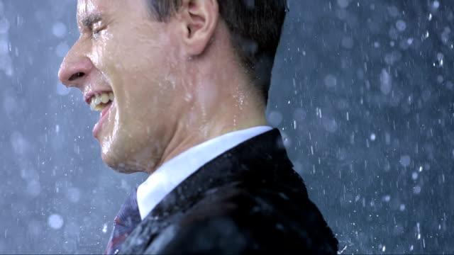 Verzückt Geschäftsmann In The Rain (Super Zeitlupe)