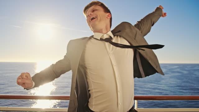 SLO-MO-ekstatischen Geschäftsmann auf einem Schiff