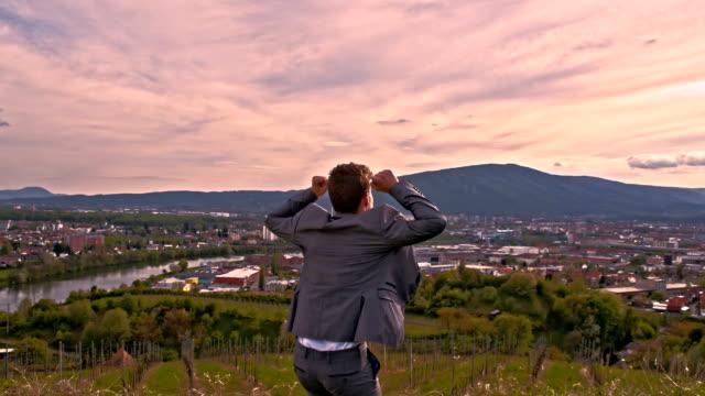 SLO, MO, verzückt Geschäftsmann auf dem Hügel