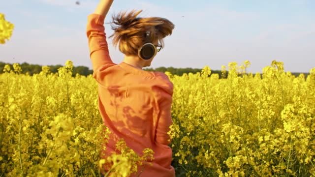 SLO MO ekstatische Mädchen hören von Musik in der Natur