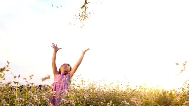 vídeos y material grabado en eventos de stock de de san luis obispo missouri eufórico chica tirando flores en el aire - lanzar actividad física