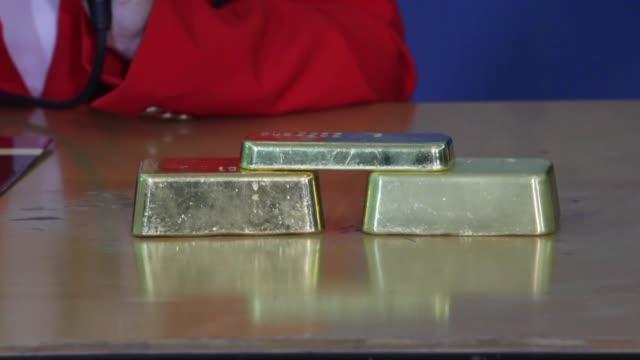 ecuador que enfrenta dificultades economicas aumento en 235 millones de dolares su reserva de oro monetario con miras a realizar operaciones... - afp stock videos & royalty-free footage