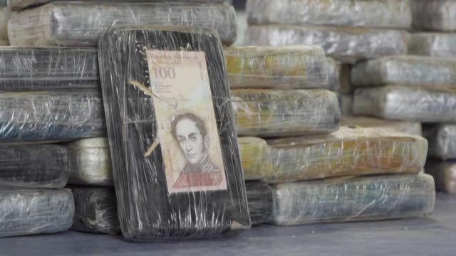 vídeos de stock e filmes b-roll de ecuadorean authorities burn more than two tons of cocaine that were seized in a police and antidrug operation - droga recreativa
