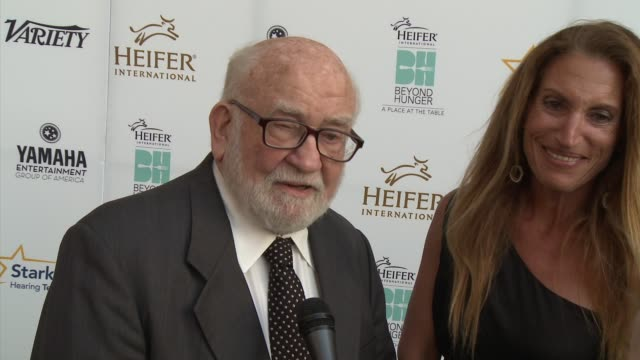 ed asner on the event, heifer international and what makes it unique, emmy weekend, what shows he watches - heifer international hosts 3rd annual... - モンタージュ・ビバリーヒルズ点の映像素材/bロール