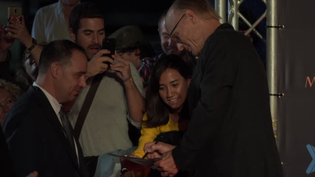 vídeos y material grabado en eventos de stock de ed harris signs autographs on the red carpet during the sitges film festival 2018 closing gala held at the hotel melia on october 13, 2018 in sitges,... - autografiar