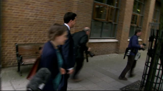 ed miliband arriving at the brunei gallery england london brunei gallery ext ed miliband mp and his partner justine thornton along street up steps... - ed miliband stock-videos und b-roll-filmmaterial