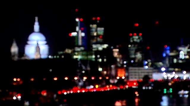 vidéos et rushes de ed miliband pledges to tackle tax avoidance lib london hq and other bank buildings seen beyond st paul's cathedral - évasion