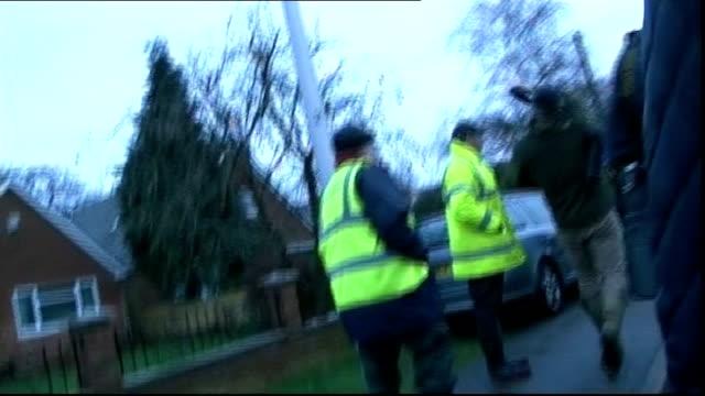 ed miliband visit to purley on thames floods alok sharma mp interview sot ed miliband confronted by alok sharma / miliband talking to incident... - エド ミリバンド点の映像素材/bロール