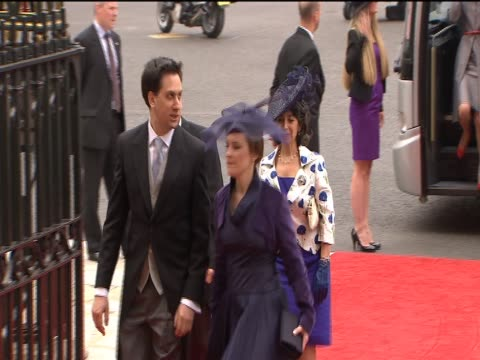 vídeos de stock, filmes e b-roll de ed milliband and fiance justine thornton arrive at westminster abbey for the royal wedding of prince william and catherine middleton - papel em casamento