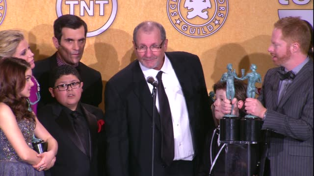 vídeos y material grabado en eventos de stock de ed o'neill eric stonestreet on their connection to the mary tyler moore show at 18th annual screen actors guild awards press room on 1/29/12 in los... - mary tyler moore