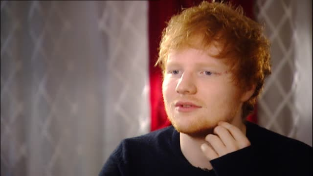vidéos et rushes de ed sheeran speaking in 2014 about collaborating with usher during interview with reporter emma keeling - usher chanteur