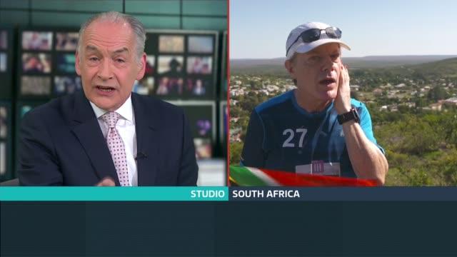 vídeos de stock e filmes b-roll de eddie izzard aims to run 27 marathons in 27 days; eddie izzard in south africa interview sot split box alastair stewart in studio / eddie izzard in... - alastair stewart