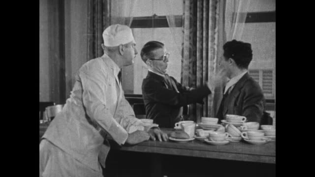 vidéos et rushes de 1931 eddie kane attempts to question wheeler & woolsey at diner before they begin slapping each other - 1931