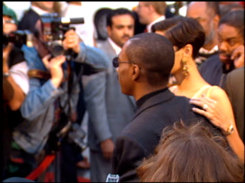stockvideo's en b-roll-footage met eddie murphy at the 'beverly hills cop 3' premiere at grauman's chinese theatre in hollywood california on may 22 1994 - 1994