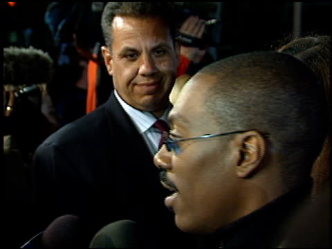 stockvideo's en b-roll-footage met eddie murphy at the 'life' premiere at the mann village theatre in westwood california on april 14 1999 - 1999