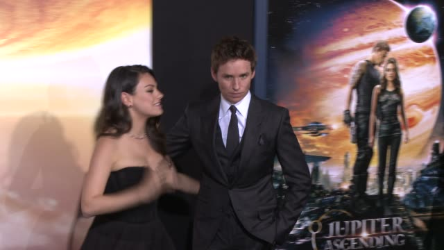 vídeos y material grabado en eventos de stock de eddie redmayne and mila kunis at the jupiter ascending los angeles premiere at tcl chinese theatre on february 02 2015 in hollywood california - mann theaters