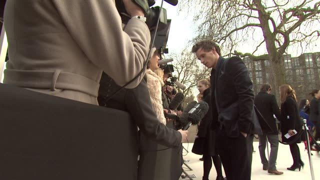 vídeos de stock, filmes e b-roll de eddie redmayne at burberry prorsum red carpet arrivals london fashion week autumn/winter 2012 at kensington gardens on february 20 2012 in london... - semana da moda de londres