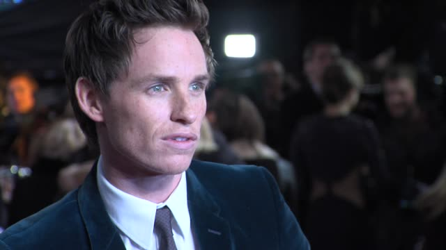 stockvideo's en b-roll-footage met eddie redmayne at the world premiere of les miserables at the odeon leicester square on december 5 2012 in london england - première