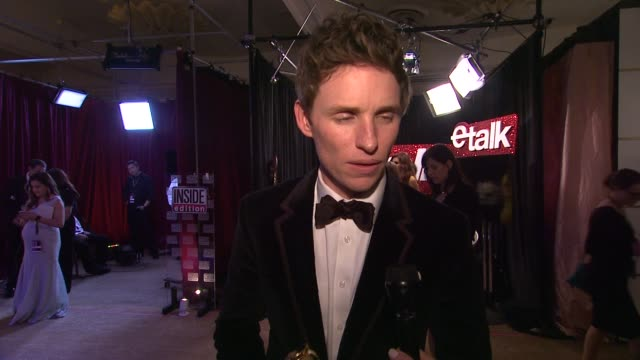 vídeos y material grabado en eventos de stock de interview eddie redmayne on winning a golden globe on portraying stephen hawking and on the event at the 72nd annual golden globe awards backstage at... - the beverly hilton hotel