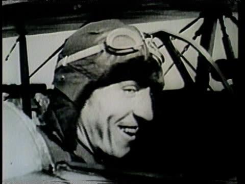 eddie rickenbacker, flying ace of world war i, receives a medal from a french general. - eddie rickenbacker bildbanksvideor och videomaterial från bakom kulisserna