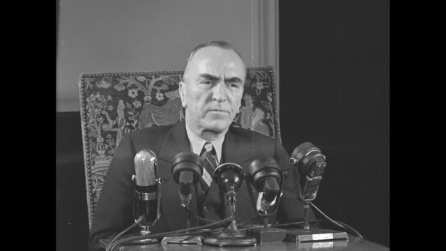 eddie rickenbacker speaks as he sits before microphones after his return from being lost at sea in 1942 sot he describes his gratitude for those who... - エディ リッケンバッカー点の映像素材/bロール