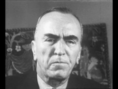 cu eddie rickenbacker speaks in new york city in late 1942 tapestry hangs on wall behind him / rickenbacker walks with three officers as he visits... - エディ リッケンバッカー点の映像素材/bロール