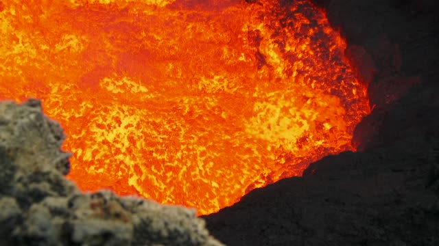 edge of fervent lava lake inside a volcano, vanuatu - vulkanausbruch stock-videos und b-roll-filmmaterial